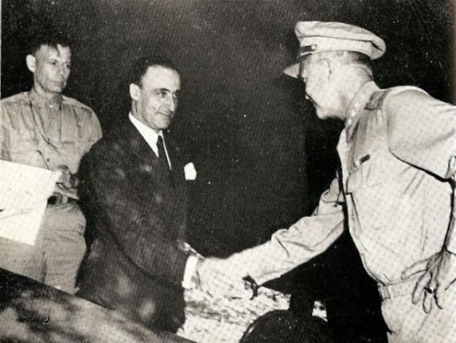Il generale Castellano (in borghese) ed il generale Eisenhower si stringono la mano dopo la firma dell'armistizio a Cassibile, il 3 settembre 1943.