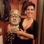 Sassari, consigliera 5 stelle si fa una foto col busto di Mussolini