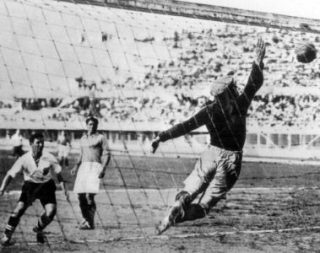 Bican realizza il terzo gol austriaco in Austria-Francia 3-2