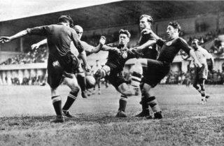 27 magio 1934: Spagna-Brasile 3-1. Tre difensori spagnoli cercano di togliere la palla a un attaccante brasiliano.