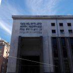 A martellate contro il monumento fascista: De Magistris come l'Isis